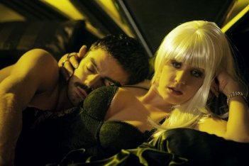 Dominic Cooper a letto con Ludivine Sagnier in una sequenza di Devil's Double