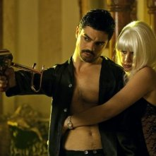 Dominic Cooper con Ludivine Sagnier in una sequenza di Devil's Double