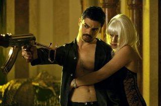 Dominic Cooper con Ludivine Sagnier in una sequenza di Devil's Double