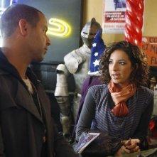 Jon Huertas e Vanessa Lengies nell'episodio Poof! You're Dead di Castle