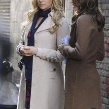 Laura Prepon e Stana Katic nell'episodio Nikki Heat in Castle