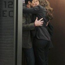 Nathan Fillion e Laura Prepon nell'episodio Nikki Heat in Castle