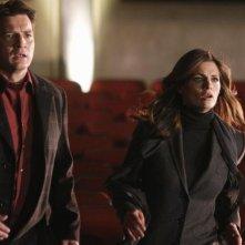 Stana Katic e Nathan Fillion in una scena dell'episodio Poof! You're Dead di Castle
