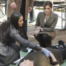 Tamala Jones e Stana Katic nell'episodio Last Call di Castle
