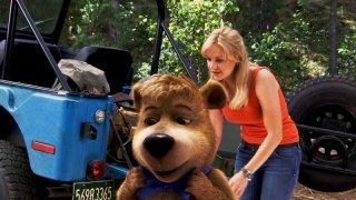 Anna Faris con Bubu in una scena del film Yogi Bear 3D