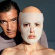 Antonio Banderas ed Elena Anaya in un'enigmatica immagine di La Piel que Habito
