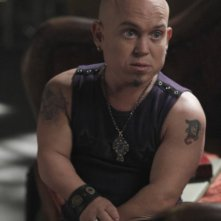 Martin Klebba nell'episodio Tarot di The Cape