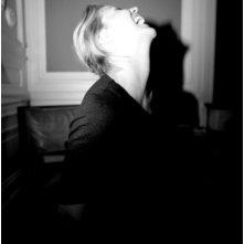 Zazie De Paris in un'immagine suggestiva del film Kill Me Please di Olias Barco