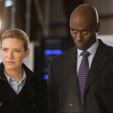 Anna Torv e Lance Reddick nell'episodio Reciprocity di Fringe