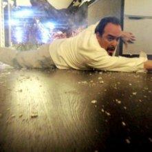 David Zayas in una scena del film Skyline