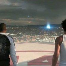 Donald Faison ed Eric Balfour (di spalle) nel film Skyline