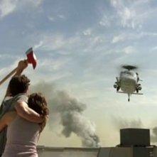 Eric Balfour e Scottie Thompson nella scena finale del film Skyline
