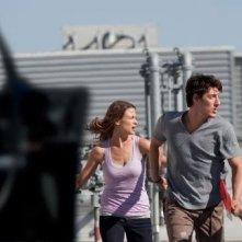 Eric Balfour in fuga con Scottie Thompson nel film Skyline