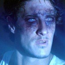 Eric Balfour nella morsa degli alieni nel film Skyline