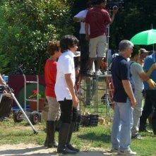 Matteo Degni e Fabio Testi (sotto l\'ombrello) sul set di Al di la del lago