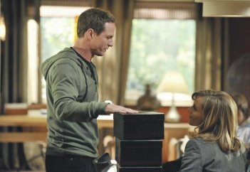 Jason Wiles e Julie Benz nell'episodio No Ordinary Brother di No Ordinary Family