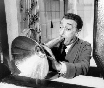 Antonio La Trippa al megafono nel film Gli Onorevoli