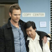 Joel McHale e Ken Jeong nell'episodio Asian Population Studies di Community