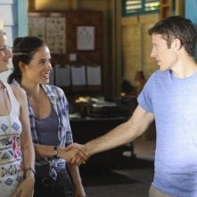 Mamie Gummer, Caroline Dhavernas e Zach Gilford nell'episodio Saved by the Great White Hope di Off the Map