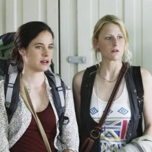 Mamie Gummer e Caroline Dhavernas nell'episodio Saved by the Great White Hope di Off the Map