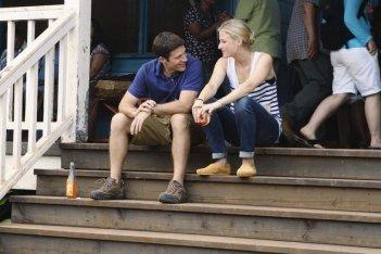 Zach Gilford e Mamie Gummer nell'episodio Smile. Don't Kill Anyone di Off the Map