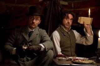 Jude Law e Robert Downey in una simpatica scena di Sherlock Holmes 2