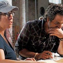 La regista Lisa Cholodenko e Mark Ruffalo sul set di I ragazzi stanno bene