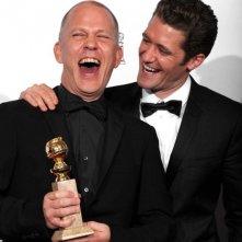 Ryan Murphy e Matthew Morrison festeggiano il Golden Globe come migliore comedy series per Glee
