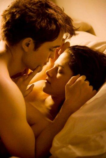 Una sensuale immagine di Robert Pattinson e Kristen Stewart in The Twilight Saga: Breaking Dawn