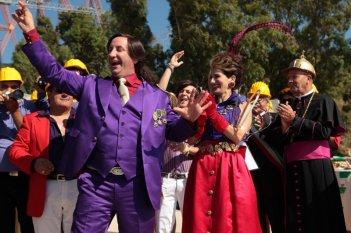 Antonio Albanese in una scena della commedia Qualunquemente