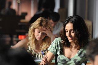 Barbora Bobulova e Ambra Angiolini nella scena degli esami nel film Immaturi