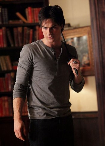 Damon (Ian Somerhalder) armato e determinato nell'episodio Plan B di Vampire Diaries