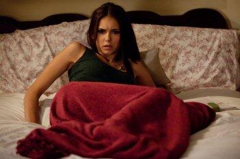 Elena (Nina Dobrev) nel suo letto in un momento dell'episodio The Sacrifice di Vampire Diaries