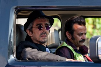 Sergio Rubini in una scena del film Qualunquemente