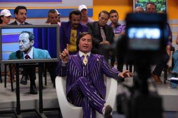 Antonio Albanese e Salvatore Cantalupo (nello schermo) nella commedia Qualunquemente