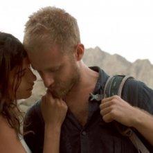 Ben Foster e Lubna Azabal in un momento intimo in Here
