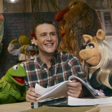 Jason Segel e i suoi amici pupazzi in The Muppets