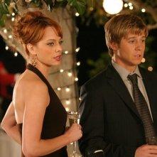 Melinda Clarke e Benjamin McKenzie visibilmente preoccupati in una scena de: La festa di tutti di The O.C.