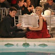 Seth (Adam Brody) e Anna (Samaire Armstrong) a bordo piscina in La festa di tutti di The O.C.