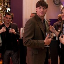 Ashton Kutcher con Lake Bell in una scena della commedia No Strings Attached