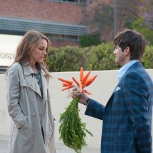 Ashton Kutcher e Natalie Portman in una scena della commedia No Strings Attached