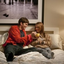 Ashton Kutcher e Natalie Portman nella commedia No Strings Attached