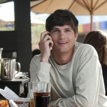 Ashton Kutcher in un'immagine della commedia No Strings Attached