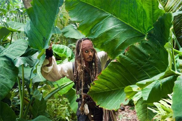 Johnny depp immerso nel lussureggiante fogliame hawaiano in Pirati dei Caraibi: Oltre i confini del mare