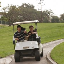 Luke (Chris Carmack) e Ryan (Benjamin McKenzie) su un Golf cart nell'episodio Sul campo da golf di The O.C.