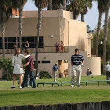 Marissa (M. Barton), Ryan (B. McKenzie) e Luke (C. Carmack) al Golf Club nell'episodio Sul campo da golf di The O.C.