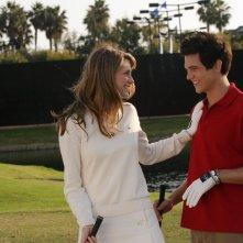 Marissa (Mischa Barton) sorride con Oliver (Taylor Handley) nella puntata Sul campo da golf di The O.C.