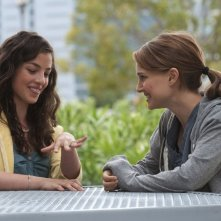 Olivia Thirlby e Natalie Portman nella commedia No Strings Attached