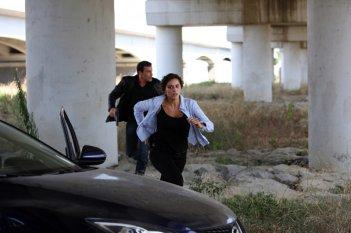 Raffaella Rea e Gedeon Burkhard in una scena della serie Caccia al re - La narcotici