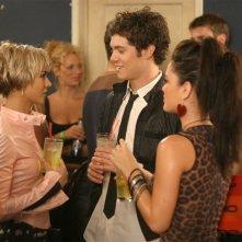 Seth (Adam Brody) in mezzo alle sue ragazze (Samaire Armstrong e Rachel Bilson) in Il terzo incomodo di The O.C.